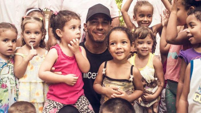 Hamilton con niños en La Habana