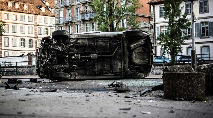 Auto volcado en la calle