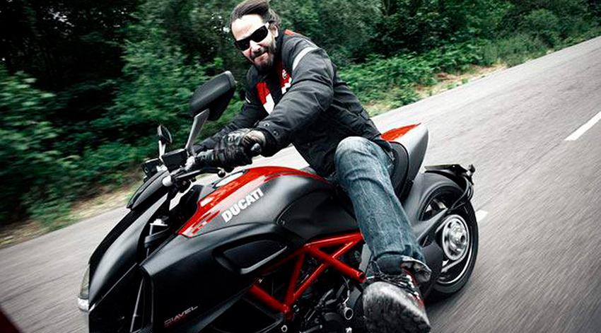 Keanu Reeves montando su Ducati