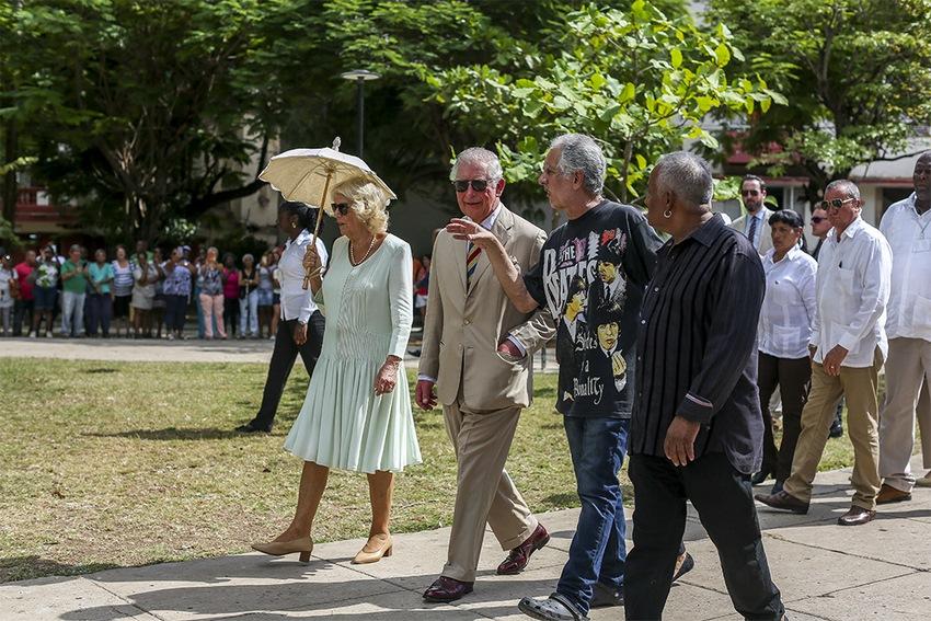 Príncipe Carlos y su esposa Camila junto a Guille Vilar en el Parque Lennon