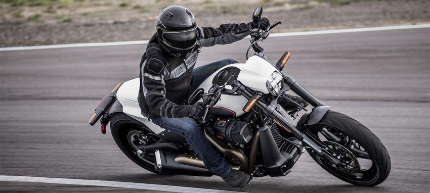 Hombre conduciendo moto Harley-Davidson