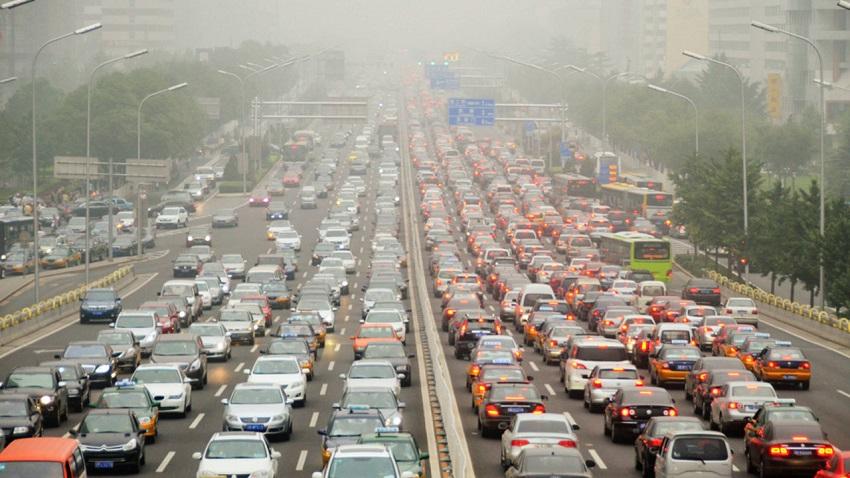 Muchos automóviles en las autopistas