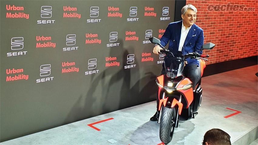 Luca de Meo, presidente de SEAT en la primera moto e-Scooter de la marca.