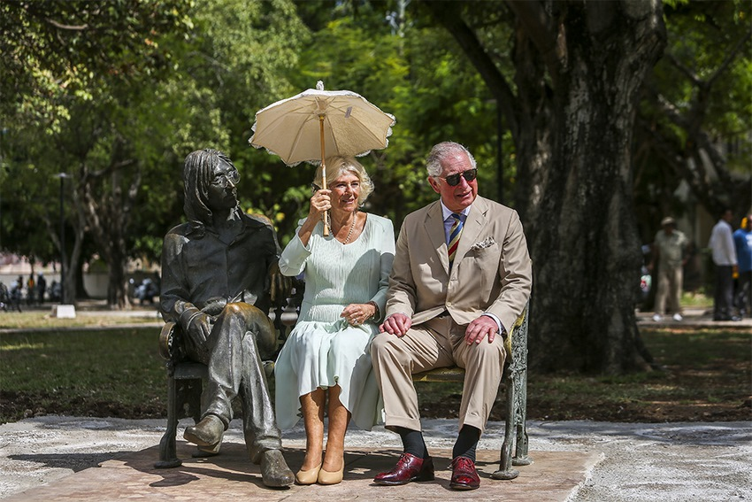 Príncipe Carlos de Inglaterra y su esposa Camila, duquesa de Cornualles junto a la estatua de Lennon