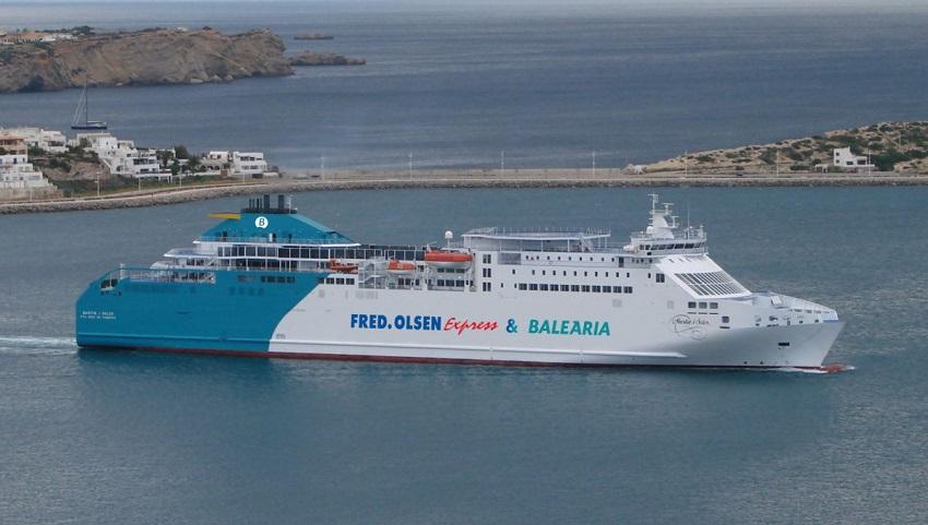 El ' ferry Nápoles ', ahora propulsado por motores duales de gas, llega con innovaciones tecnológicas que mejoran la ruta Huelva-Canarias.