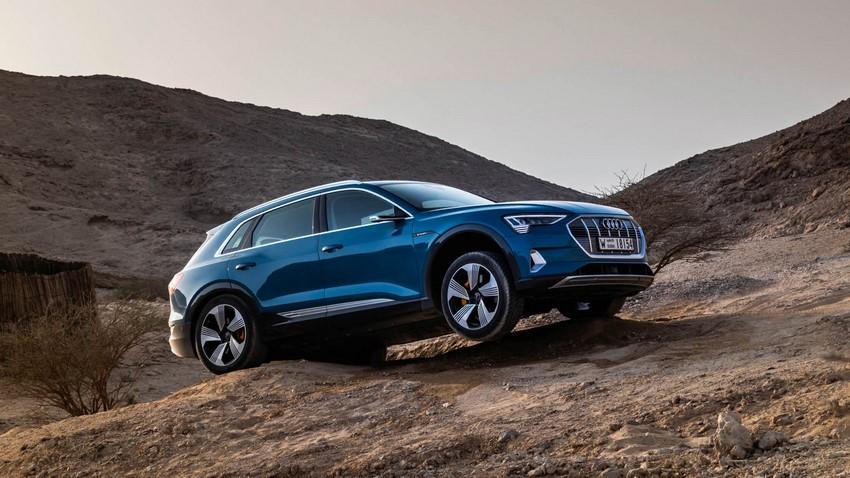 Audi e-tron vista lateral rodando sobre tierra