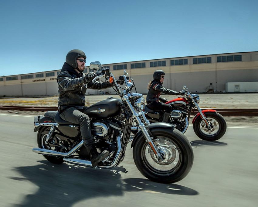 Hombres conduciendo moto Harley-Davidson