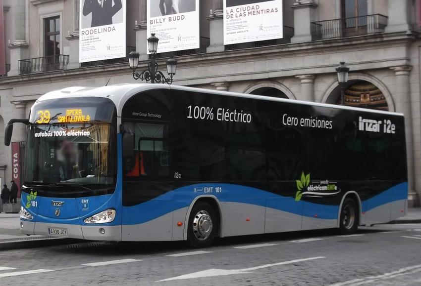 Ómnibus eléctricos rodando por las calles