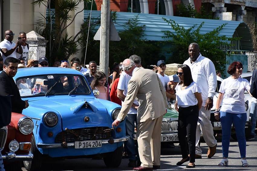 El Príncipe Carlos de Inglaterra mostrando interés por los autos ingleses