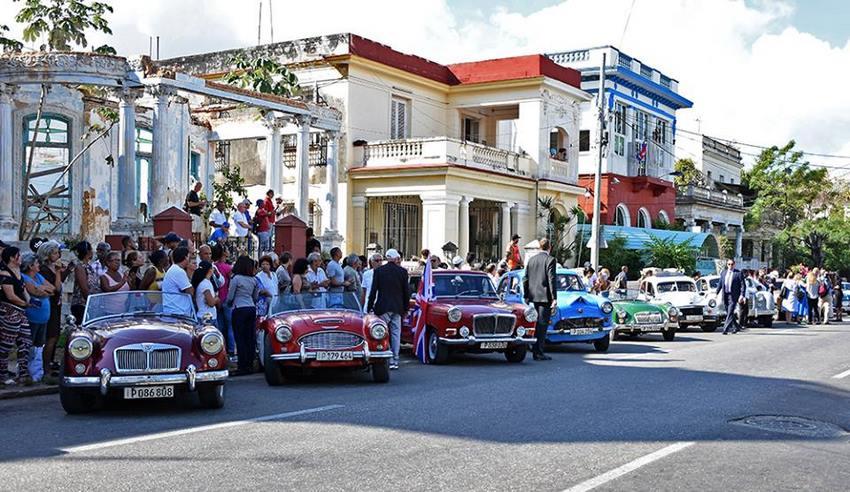 Club de Autos Ingleses de La Habana alineados frente al Parque John Lennon