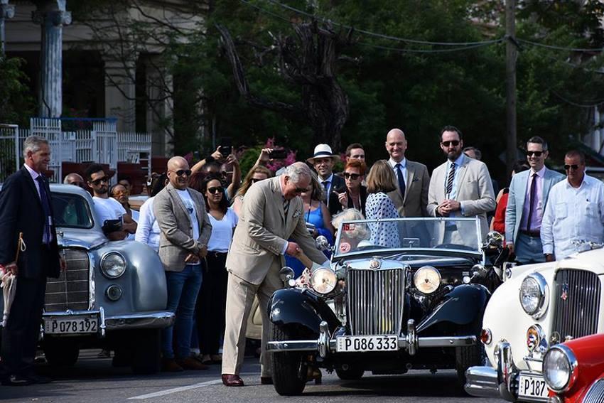 Príncipe Carlos de Inglaterra y su esposa Camila, duquesa de Cornualles en un MG clásico