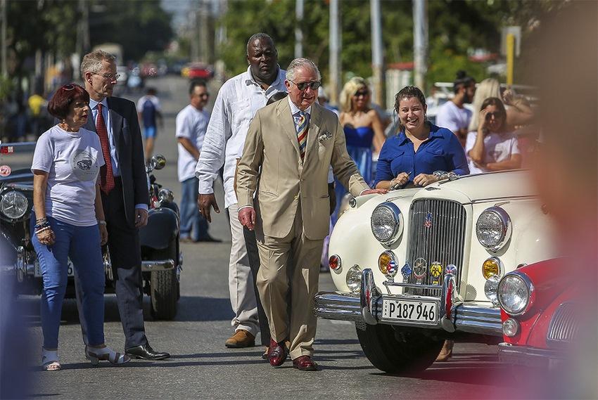 El Príncipe Carlos de Inglaterra observando el jaguar del Club de Autos Ingleses de La Habana