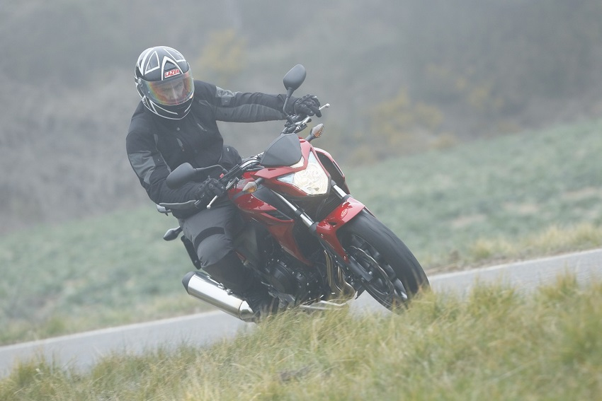 Consejos para conducir una moto bajo la lluvia de www.excelenciasdelmotor.com