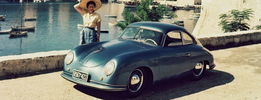 Porsche 356 azul, mujer parada cerca del auto