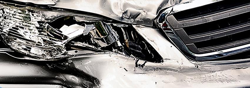 Auto deformado por las Colisiones en carretera