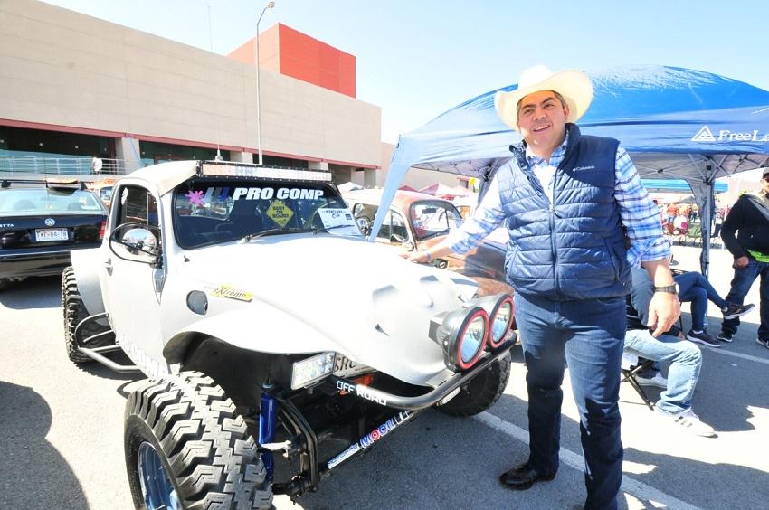 Alcalde de Monclova, Alfredo Paredes junto a un Volkswagen