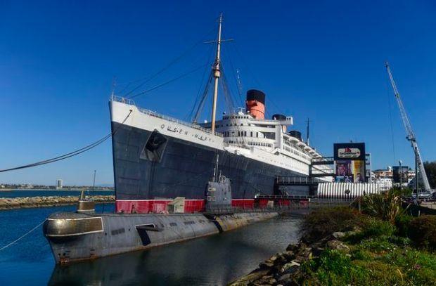 """El submarino """"Scorpion"""", junto al Queen Mary. Su avanzado deterioro no solo amenaza dañar el casco de la nave, sino que se considera un peligro ambiental."""